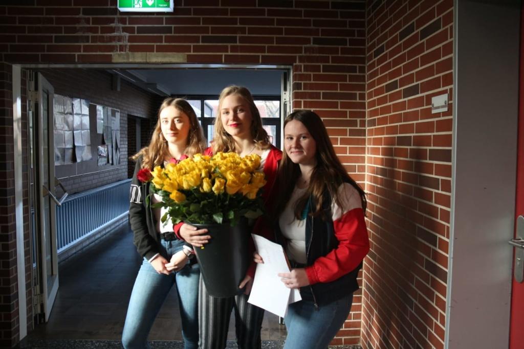 Die Schülervertretung verteilt Liebe!
